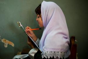 Anja Niedringhaus_Pakistanigirlwriting