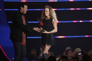 Underwood accepting her award from Lionel Richie