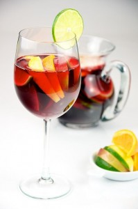 512px-Red_Wine_Sangria_with_lemon,_lime,_apple,_and_orange_served_in_a_glass_-_Evan_Swigart